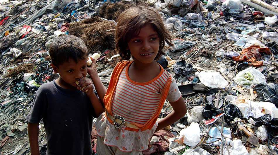 Two children that live on the masive rubbish dump area of Mumbai